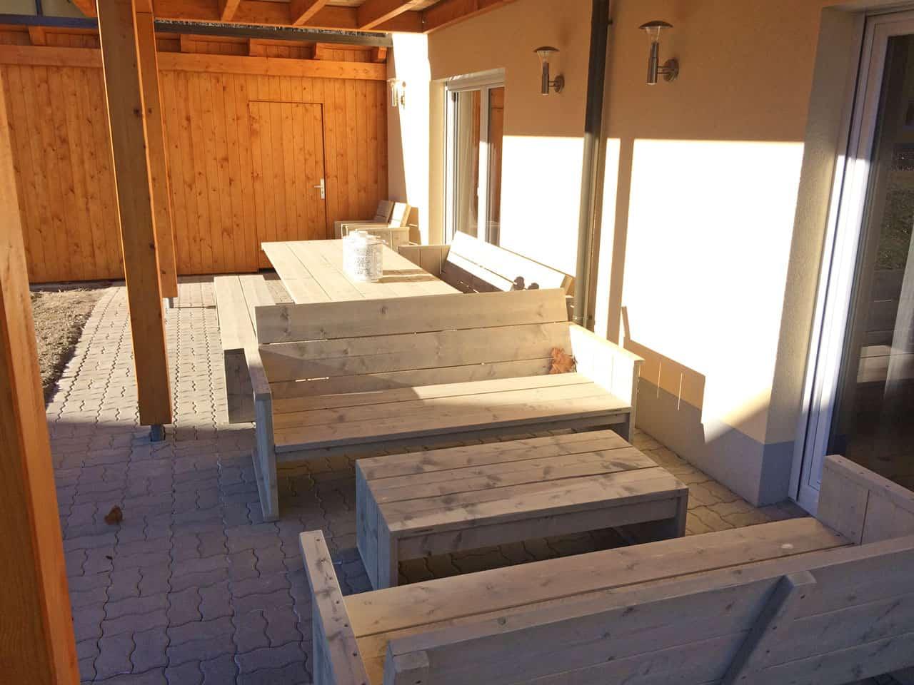 KWO-villa-villa-alpenrose-04-gezellige-eettafel-en-lounge-banken-0692