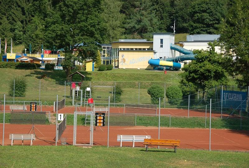 KWOvilla-casa-mariti-overzicht-tennisbaan-en-zwembad-naast-huis